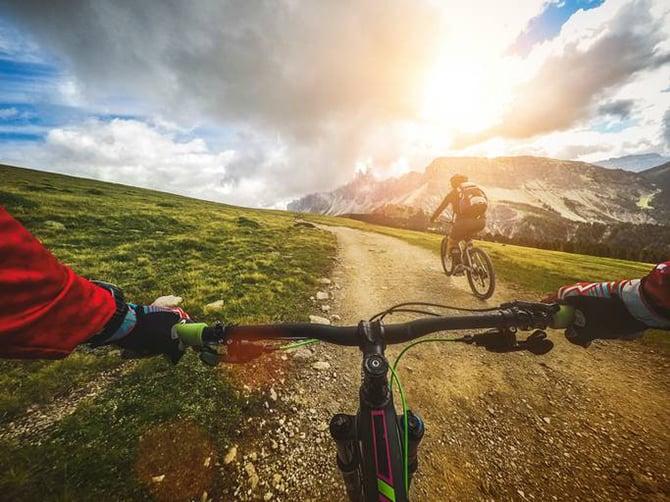 Radfahrer auf Trailweg in den Bergen