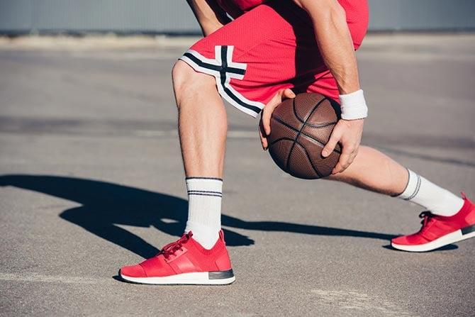 Dribbling-Übung zwischen den Beinen