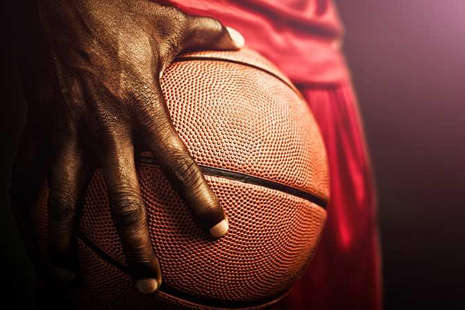 Basketball-Nahaufnahme in der Hand eines Spielers