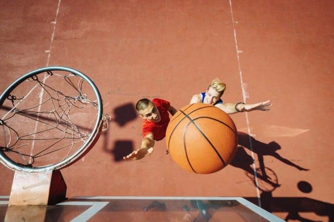 Basketball-Spieler kämpfen um Rebound
