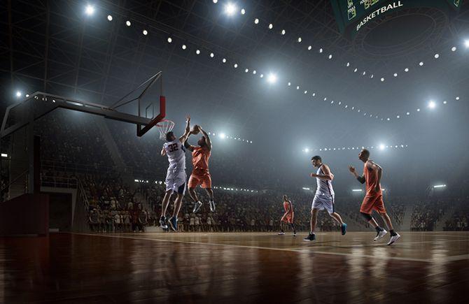 Joueurs de basketball sur le terrain
