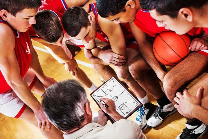 Die Taktik-Planung im Basketball wird dem Basketballteam am Taktikboard vom Basketballtrainer erklärt.