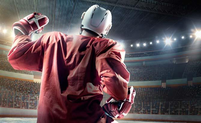 Siegende Eishockeylegende im vollbesetzten Stadion auf der Eisfläche