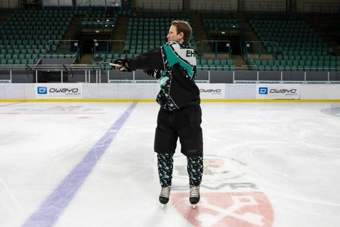 Eishockeyspieler macht Aufwärmübung.