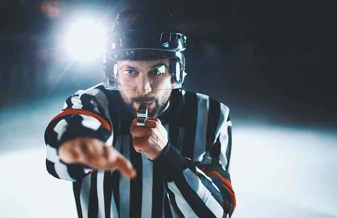 Schiedsrichter pfeift bei Eishockey-Foul