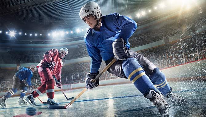 Eishockey-Spieler im vollbesetzten Stadion bei den Playoffs
