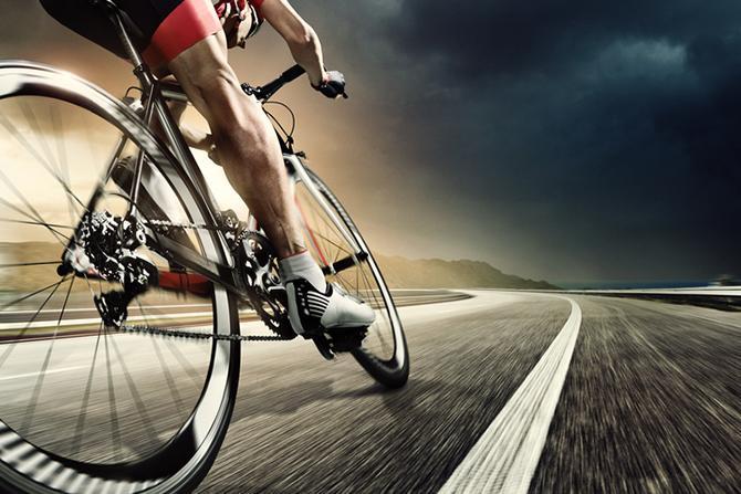 Coureur cycliste sur la route