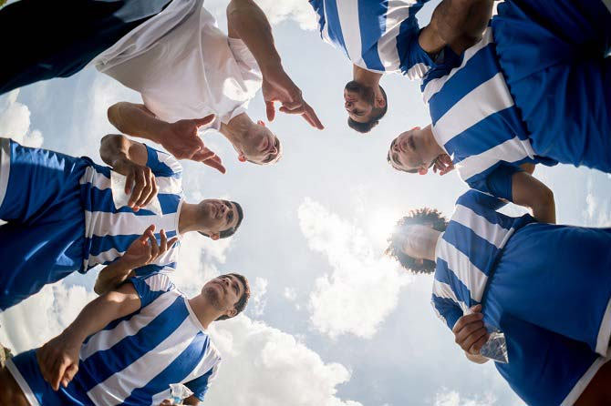Entraîneur donnant ses consignes à une équipe de football