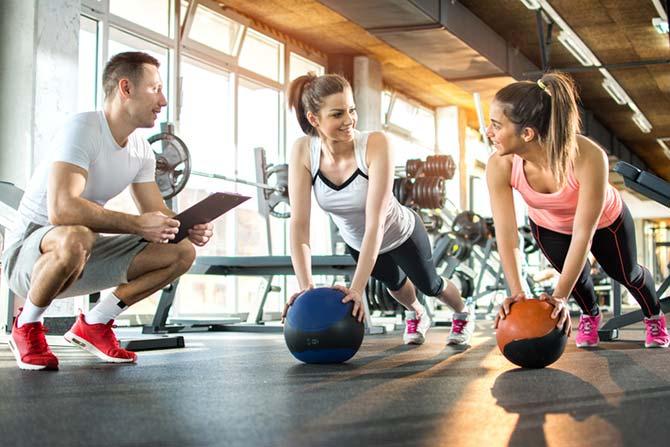 Fitnesstrainer mit Kunden