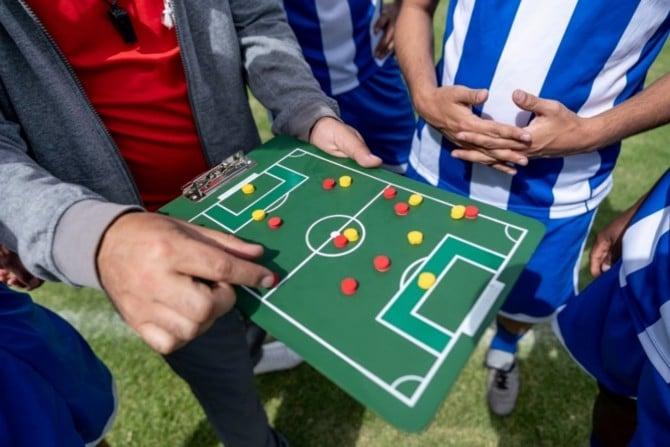 Fußball-Trainer erklärt Spieltaktik