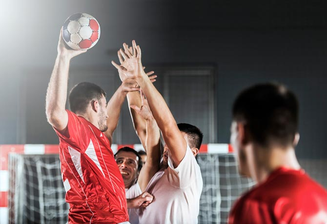 Handballspieler beim Handball-Abwehrtraining