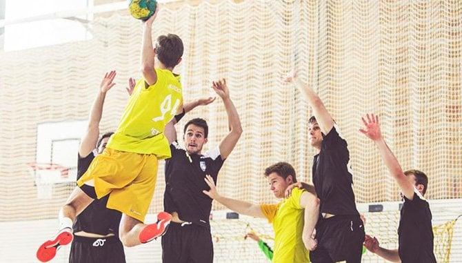 Handballspiel in einer Turnhalle