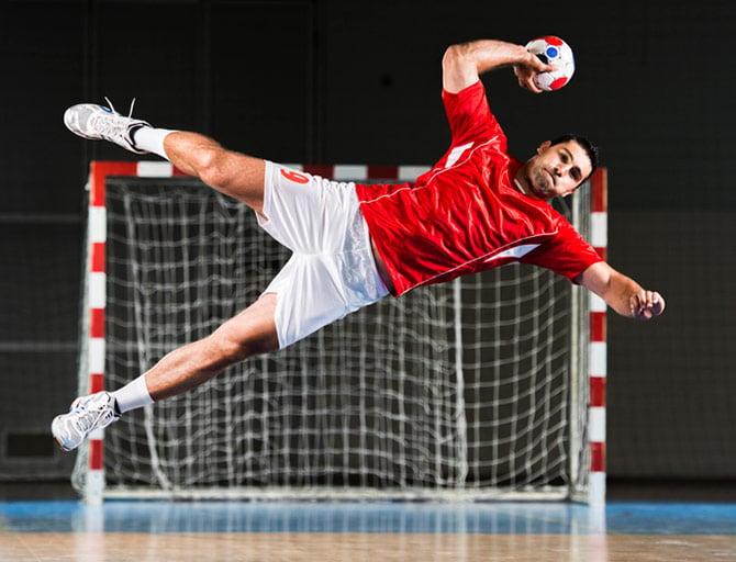 Spieler mit Handball beim Fallwurf