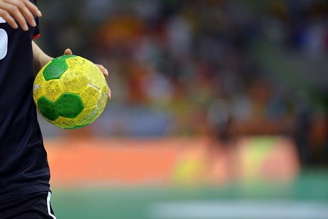 Handballspieler macht Passübung