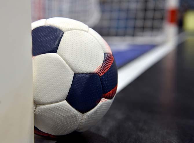 Handball liegt auf dem Boden auf Torlinie
