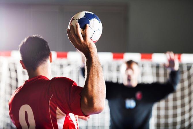Handballspieler beim Schlagwurf auf das Tor