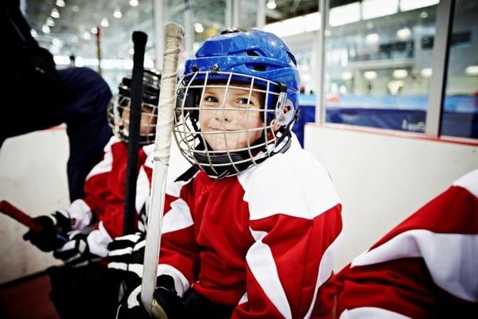 Junge beim Eishockey-Training für Kinder