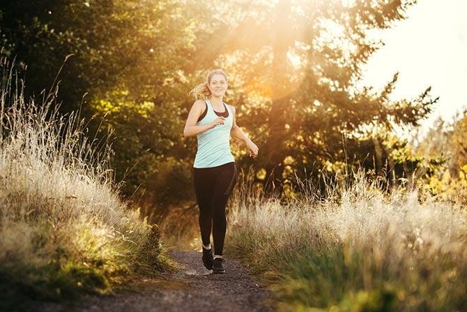 Jogging-Anfänger im Wald