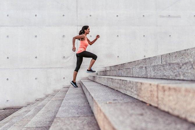 Frau trainiert Lauftechnik auf einer Treppe