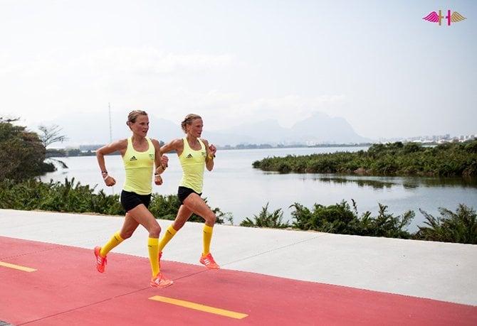 Anna en Lisa Hahner tijdens het lopen