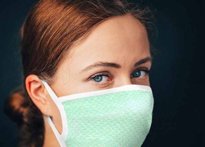 Frau mit Mundschutz von owayo.