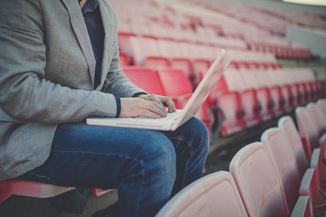 Journalist vollrichtet Pressearbeit im Vereinsstadion.