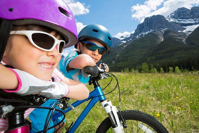 Kinder mit Fahrrad in den Bergen