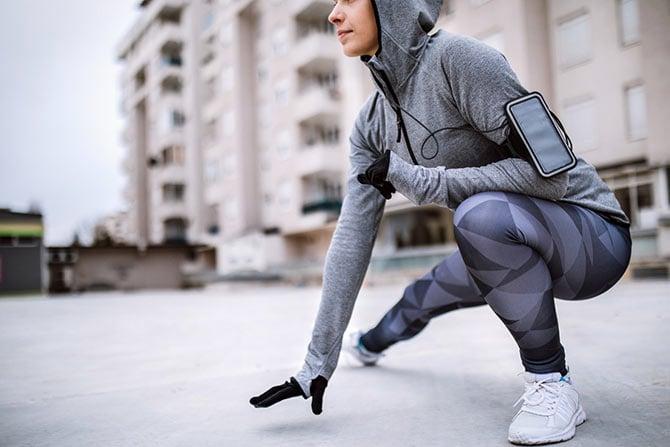 Frau mit richtige Laufbekleidung für kalte Tage.