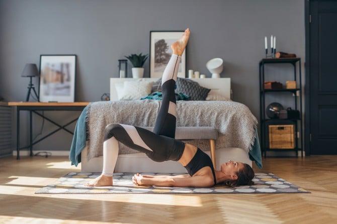 Frau macht Übung gegen Rückenschmerzen vom Sitzen.
