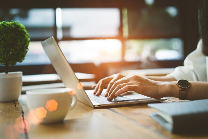 Anschreiben für Sponsoring am Laptop tippen