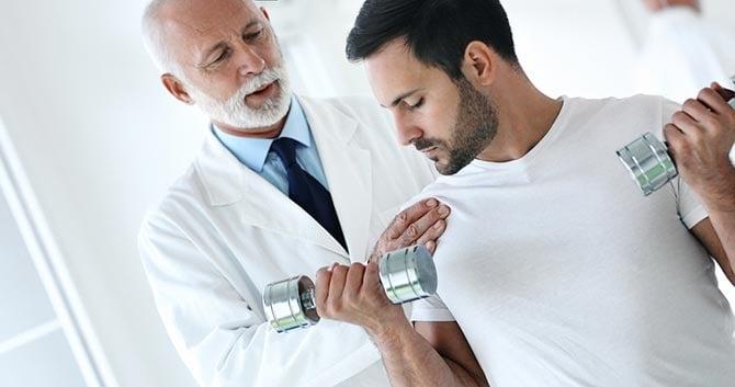 Sportarzt mit Patient