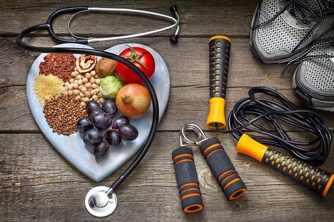 Sportschoenen, stethoscoop, springtouwtje en gezonde voedingsmiddelen