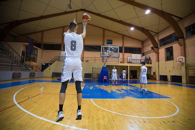 Der Sprungwurf im Basketball wird von einem Basketballspieler in einer Halle ausgeführt