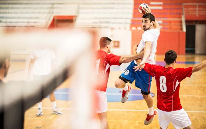 Spieler im Sprungwurf beim Handball