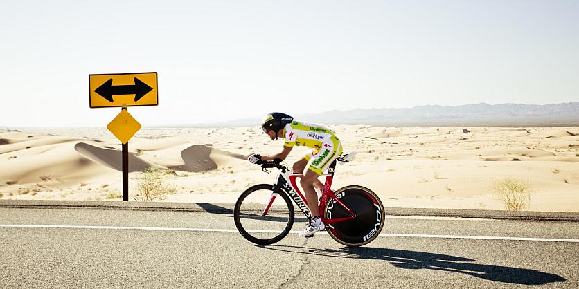 Christoph Strasser mit dem Fahrrad auf der Straße in Australien