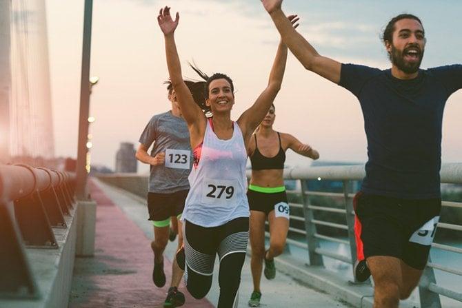 Coureurs de marathon, les bras levés