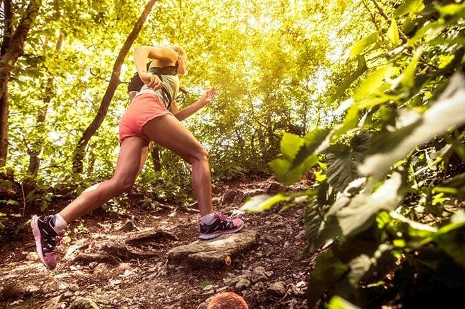 Frau beim Trailrunning im Wald