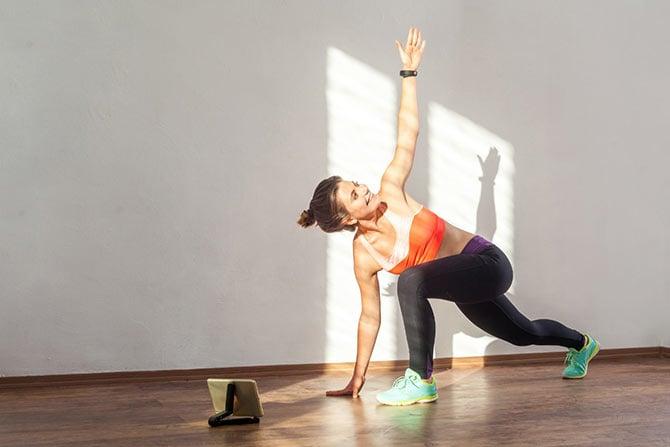 Frau beim Training mit Fitnessapp