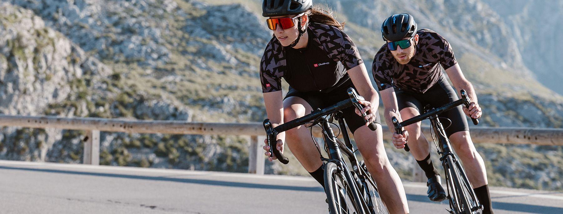 Drei Rennradfahrer in selbst gestaltetem Radtrikot und Radhose sind schnell unterwegs