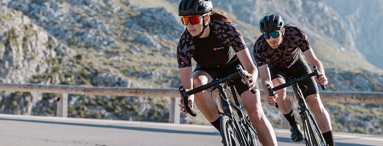 Tres ciclistas de carrertera con maillots y culottes de diseño propio.