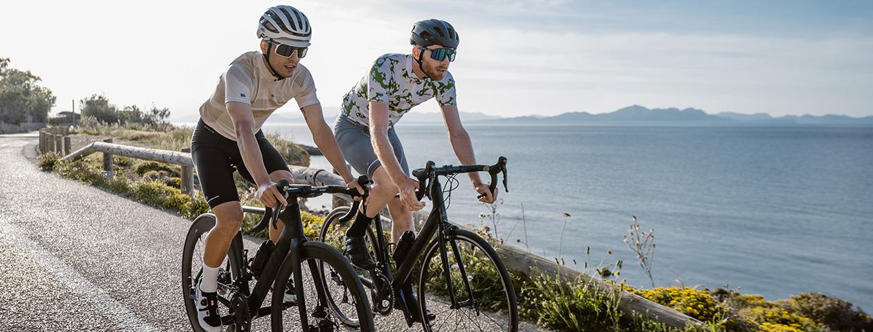 Ciclista en el desierto con un maillot de ciclismo personalizado en la bici de contrarreloj.