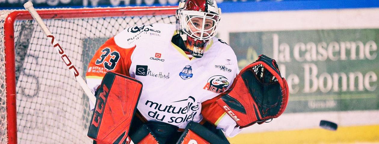Joueur de hockey sur glace du club de Mannheim portant un maillot de hockey personnalisé