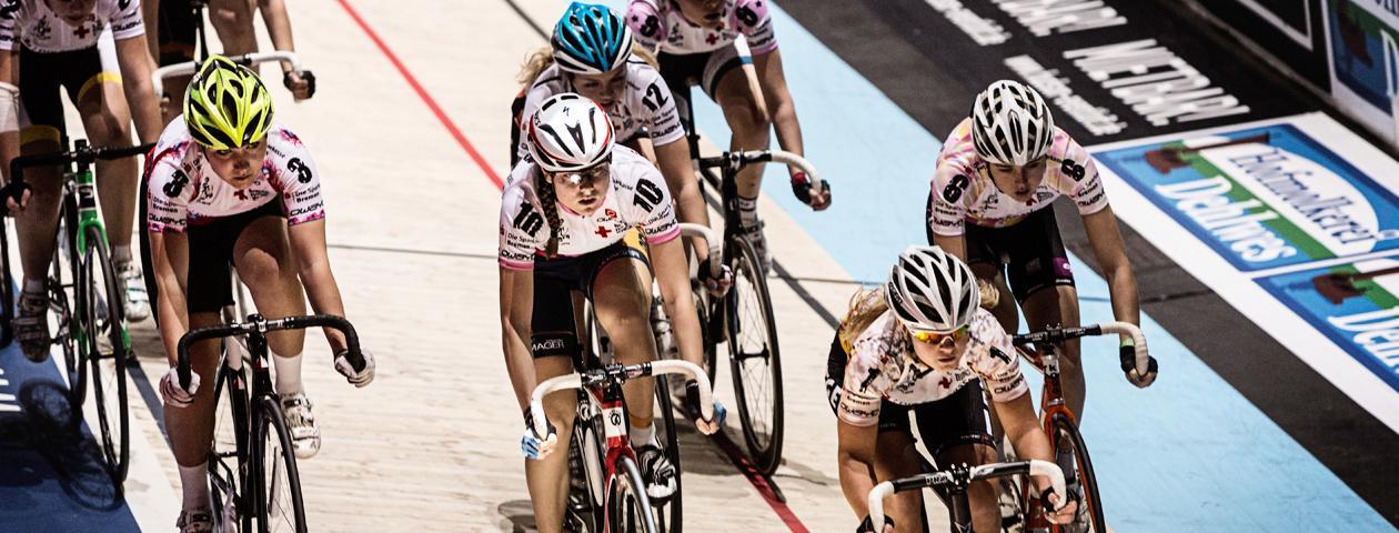 Coureur cycliste féminin lors des Six Jours de Brême portant un maillot de cyclisme personnalisé sur la piste