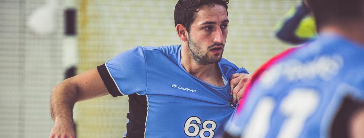Handballeur dont le maillot de handball résiste malgés les tirages