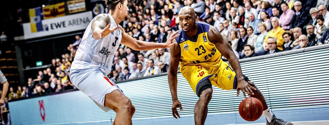 Basketbalspelers van de Eisbären Bremerhaven in zelf ontworpen basketbalshirts in beweging