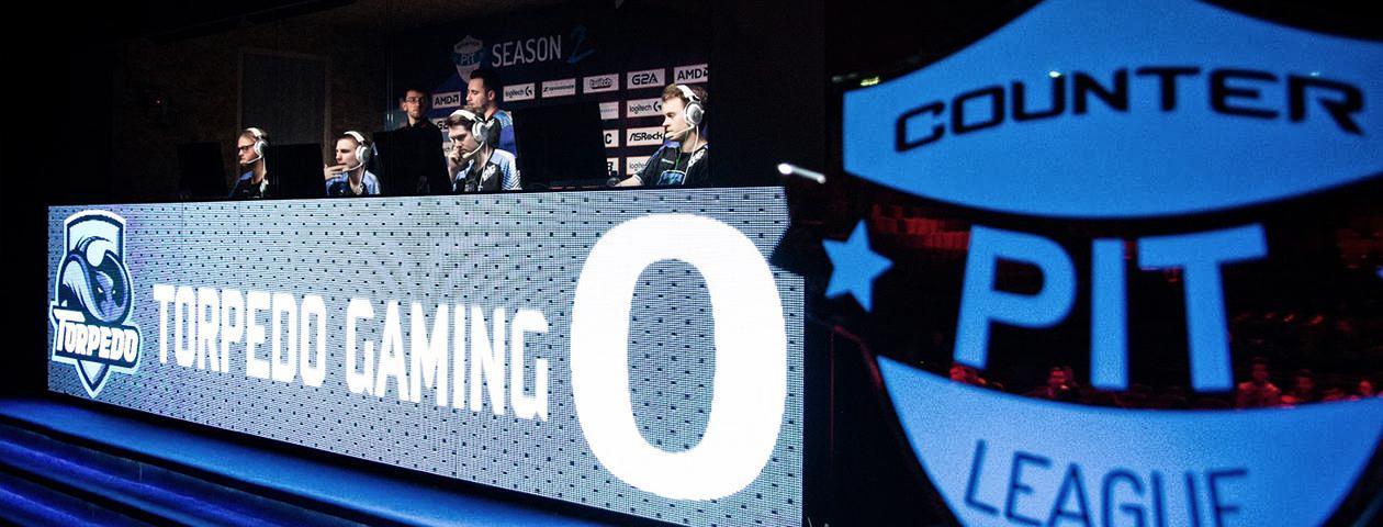 Torpedo Gaming eSports-atleten in zelf ontworpen shirts tijdens een eSports-wedstrijd