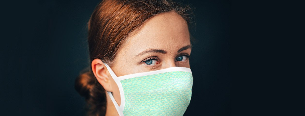 Vrouw die een mondkapje draagt