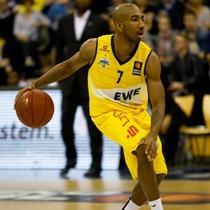 Basketballspieler im selbst gestalteten Basketballtrikot von owayo