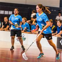 Jugadora de Floorball vistiendo camisetas de Floorball owayo
