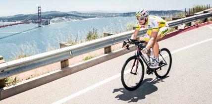 Ciclista con maglia da ciclismo personalizzata owayo